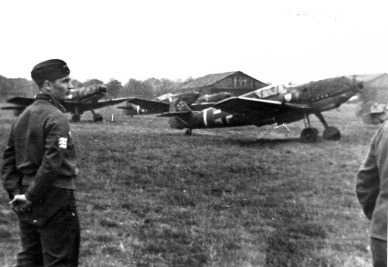 "Martin Villing als Ausbilder bei der Jagdgruppe Süd in Frankreich 1943. // Martin Villing as trainer at the ""Fighter Group South"" in France 1943."